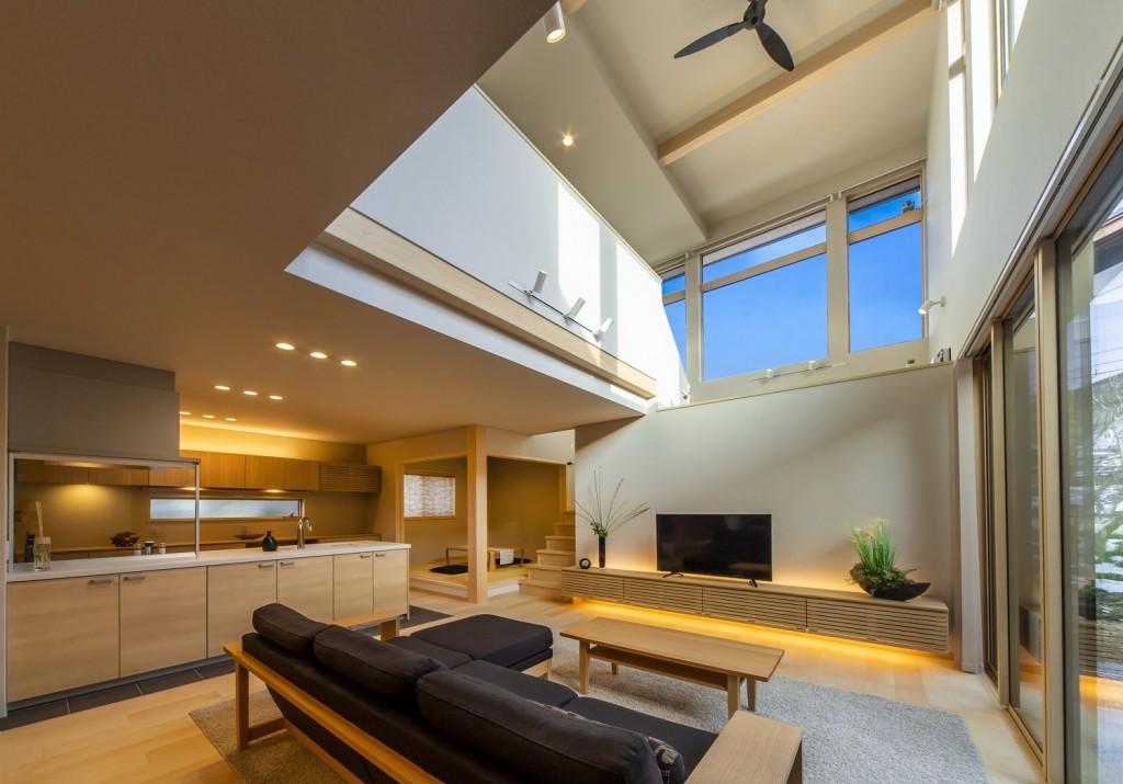大空間リビングとこだわりのプライベートテラスのある邸宅